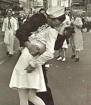 Kiss eisenstaedt_alfred_VJ Day The Kiss 1945_L